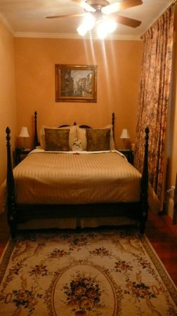 Spring Seasons Inn & Tea Room: Bed nook- cozy!