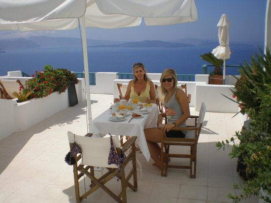 Strogili Traditional Houses: Having breakfast overlooking the caldera