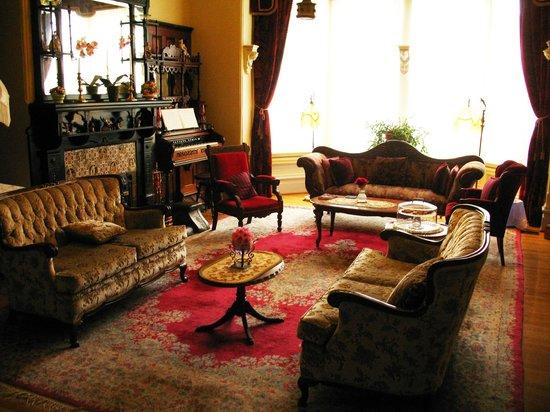 Amethyst Inn at Regents Park : the parlor