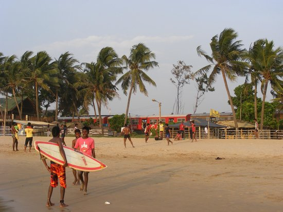 Mount Lavinia Beach: Surfers on beach