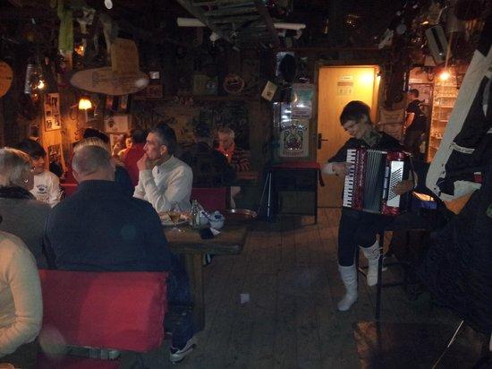 Waldschenke am Baa-See: Akkordeon-Spielerin