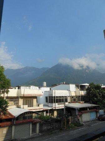 Errantry Lodge & Studio: Mountain view from window inside Greek room