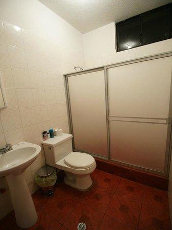 Hotel Mediterraneo Quito: The bathroom