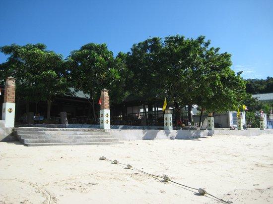 Andaman Beach Resort : Выход из отеля на пляж