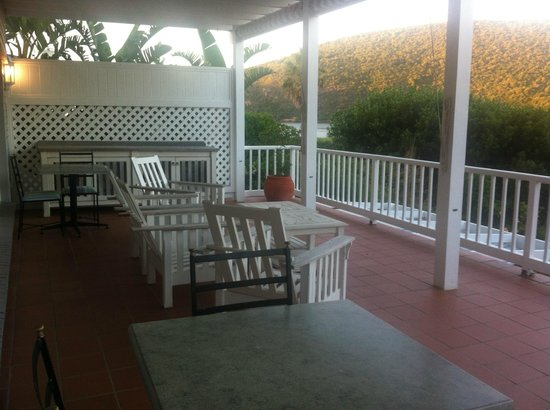 The Knysna Belle: Outside patio area with views of the sea
