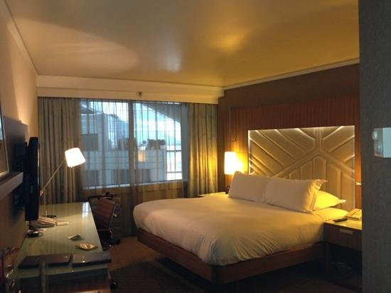 Hilton Paris La Defense : フロントまで吹き抜けのお部屋