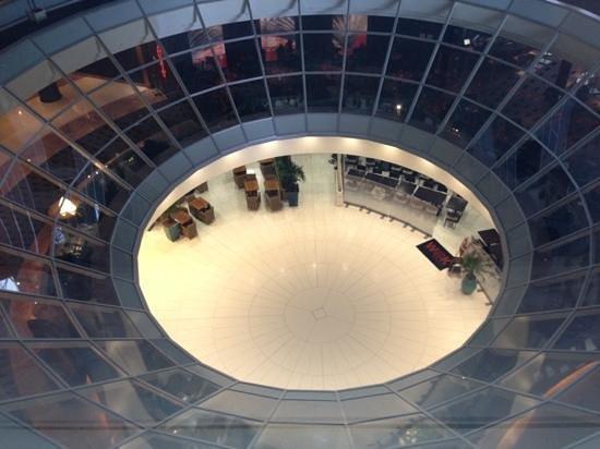 Hilton Paris La Defense: お部屋から眼下にはフロントが
