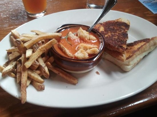 Crockett's Public House: Grilled cheese and tomato soup, yum!