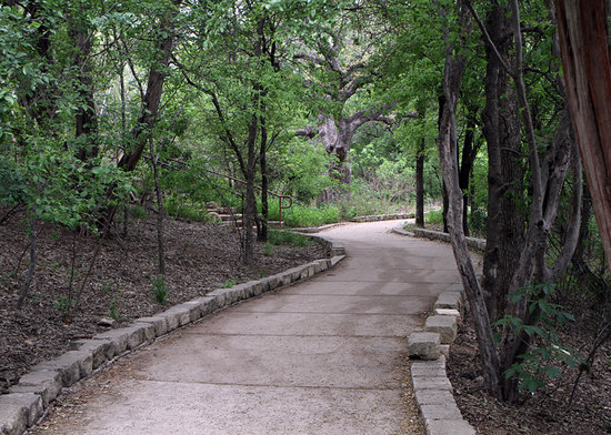 Austin Nature & Science Center: Trail to main welcome / education center