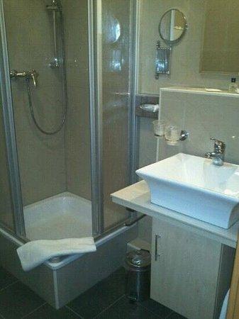 Hotel Atlas Halle: Badezimmer normales Doppelzimmer