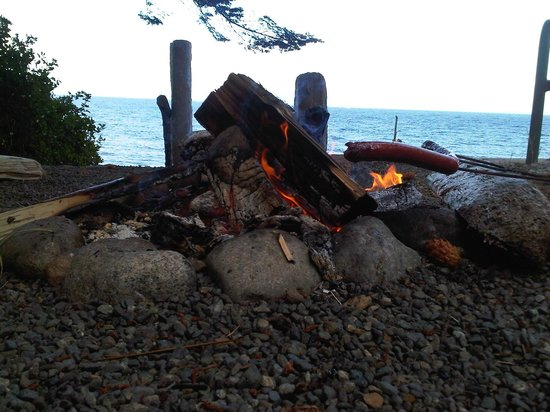 Bates Beach Oceanfront Resort: seaside fire