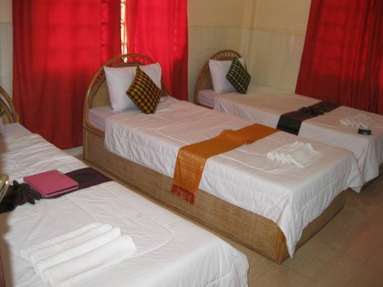 Bou Savy Guest House: Our pretty triple sharing room