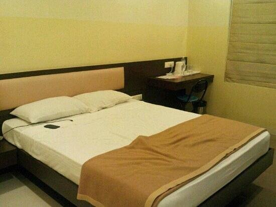 OYO 656 Hotel Grand Continent: neat, clean n comfortable bed