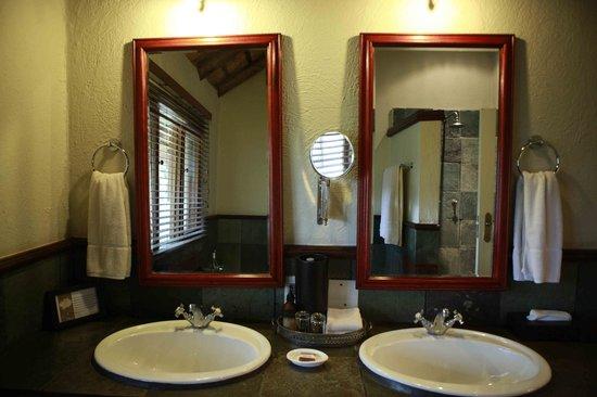 andBeyond Ngala Safari Lodge: Comfortable Bathroom