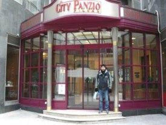 City Hotel Pilvax: entrata dell'hotel + anto!