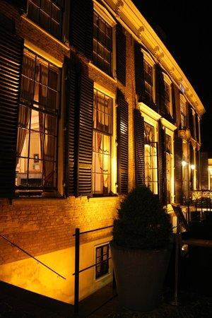 Hampshire Hotel - 's Gravenhof Zutphen: The hotel by night