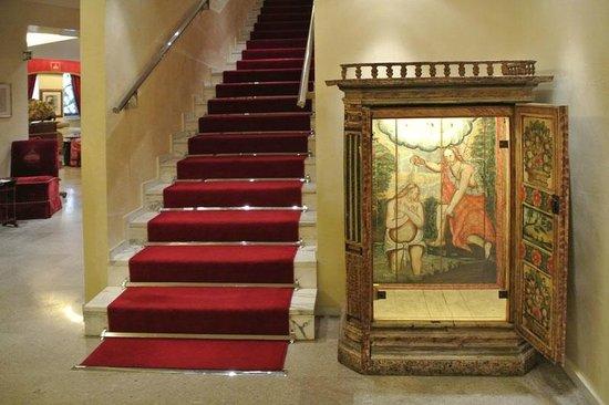 Hotel Raphael: лестница из холла