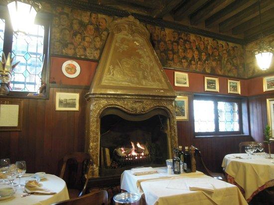 Antica Trattoria Poste Vecie : a beautiful fireplace