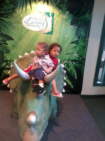 Newport News, VA: The boys taking a picture on the dinosaur