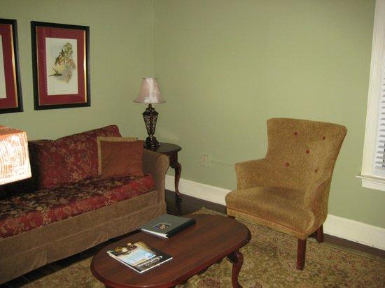 Lodge Alley Inn: Living Room Studio # 214