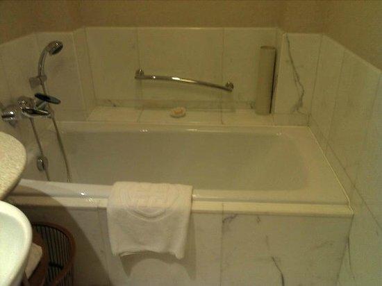 Shangri-La Hotel, Beijing: Nice deep tub
