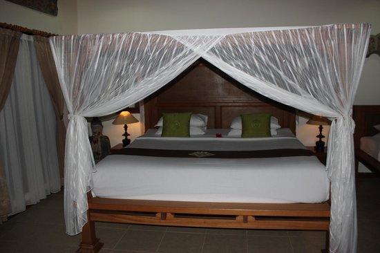 Villa Agung Khalia: Canopy bed