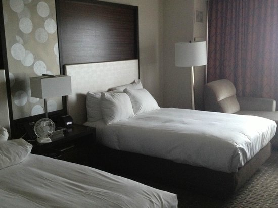 Hilton Atlanta Airport: Only double beds, but they are very comfy, and very nice bedding.