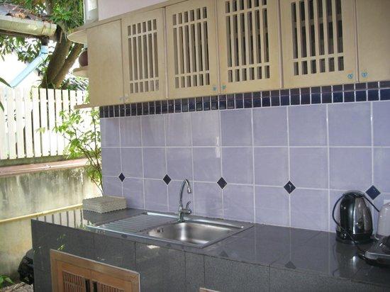 Baan Naina Bungalows: The small attached kitchen