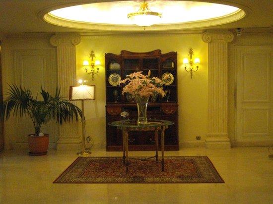 Electra Palace Athens: Detalle de la antesala al comedor.