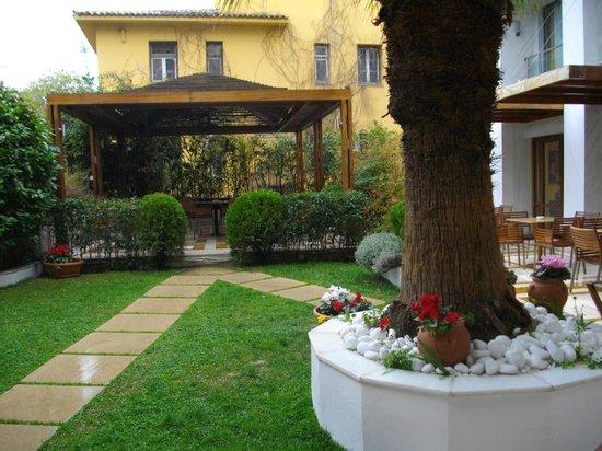 Electra Palace Athens: El pequeño pero agradable jardín.