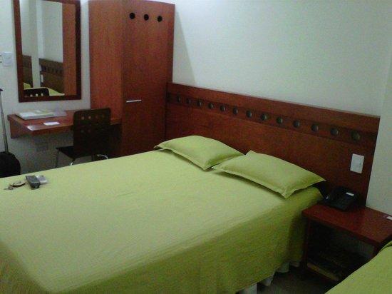 Hotel Imbanaco Cali: escritorio y camas