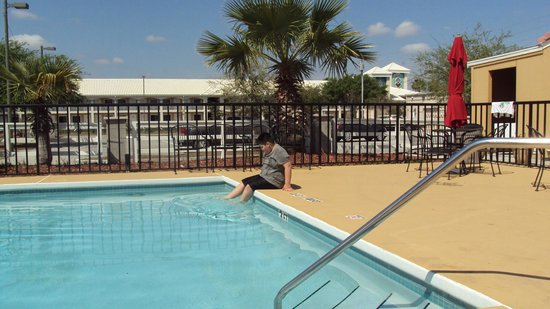 Days Inn Clermont Theme Park West: my boy loves the pool