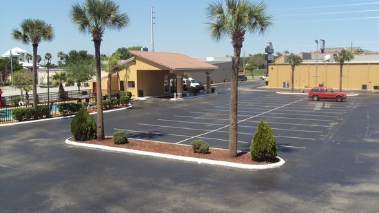 Days Inn Clermont Theme Park West: not a lot of people in the day...but bussy at night..