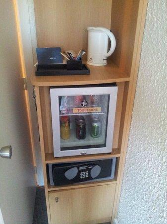 Novotel Valenciennes : Minibar and tea/cafee pot