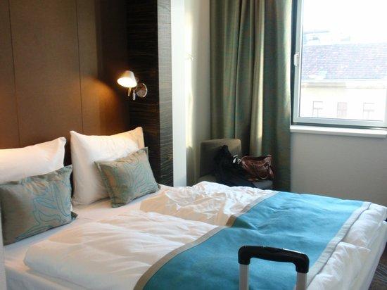 Motel One Wien Westbahnhof: Gemütliches Bett im modernem Design