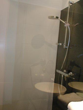 Motel One Wien Westbahnhof: Moderne Dusche mit Glaswand