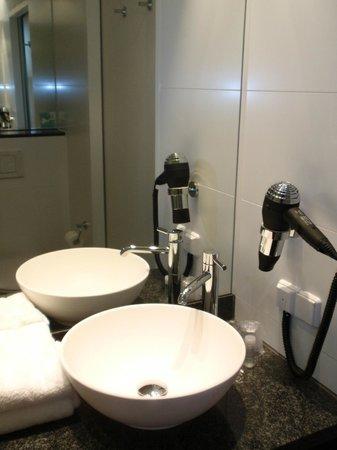 Motel One Wien Westbahnhof: Waschbecken im Bad mit Föhn