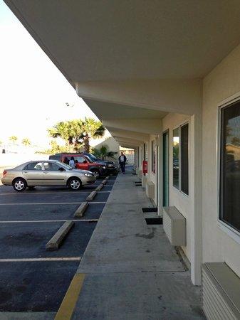 Motel 6 Destin: walkway 1