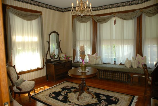 Circular Manor Bed and Breakfast: Hydrangea Suite Sitting Room
