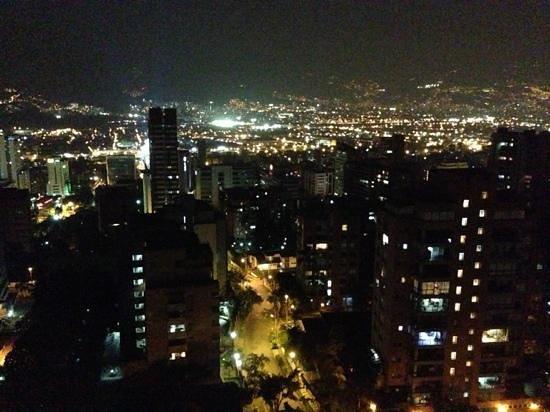 Hotel Poblado Alejandria: Vista de noche, último piso