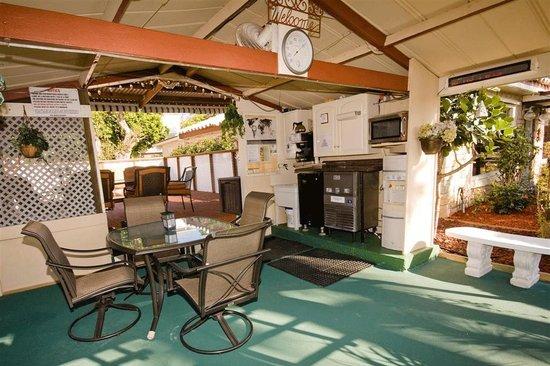 covered deck area with a dartboard billede af barefoot. Black Bedroom Furniture Sets. Home Design Ideas