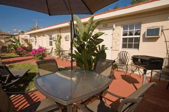 barbeque area near single traveler rooms billede af. Black Bedroom Furniture Sets. Home Design Ideas