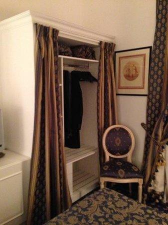 Albergo del Sole Al Pantheon: L'armadio a tenda... non proprio il massimo.