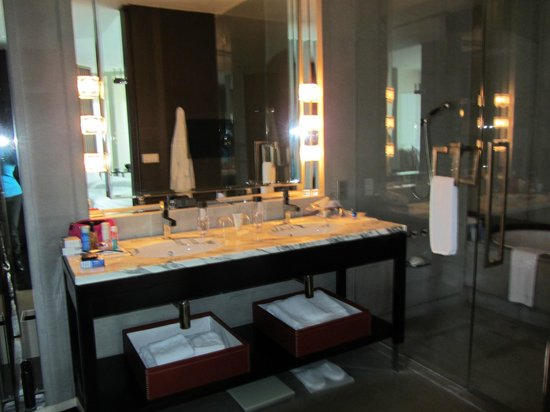 Park Hyatt Shanghai: The bathroom