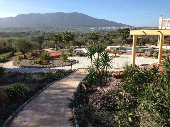 Dos Iberos Luxury Bed & Breakfast: het pad naar het terras/de kamers