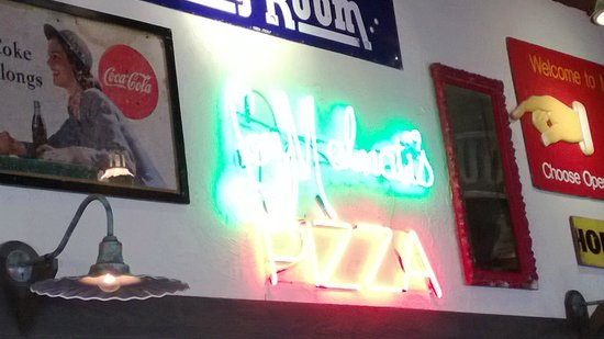 Lou Malnati's Pizzeria: Lou's neon