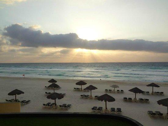 The Royal Islander All Suites Resort: Sunrise