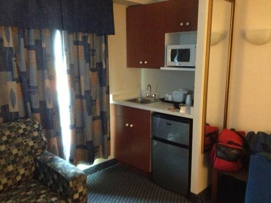 Days Inn & Suites - Niagara Falls Centre St. By the Falls: Queen suite