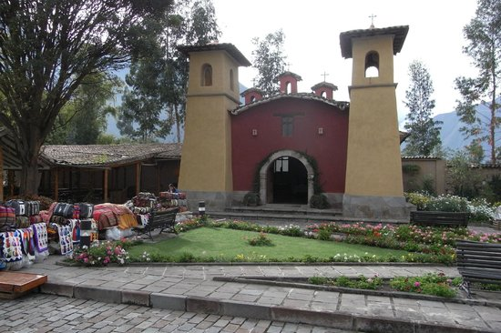 Sonesta Posadas del Inca Yucay: Church and handicraft stalls