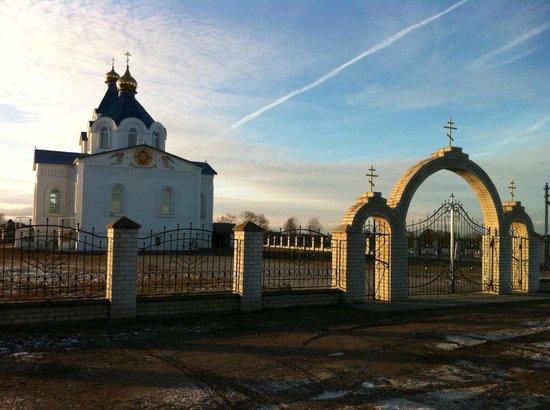 Nasilava, เบลารุส: Вид на церковь со стороны дороги.